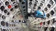 Eine Industrie, die sich um die eigene Achse dreht: Justiz und Politik lassen die Automobilbranche an der langen Leine.