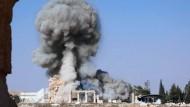 """Eine Rauchsäule über den Säulen des Baal-Tempels: Dieses Foto vom 25. August verbreitete der """"IS""""."""