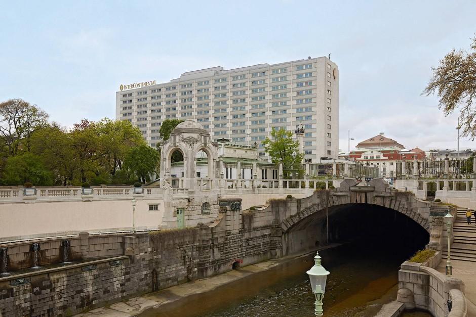 """Das kolossale Hotelgebäude des """"Intercontinental"""" fügt sich nicht in das Stadtbild Wiens. Nun soll es abgerissen und anschließend gar noch breiter wieder aufgebaut werden."""