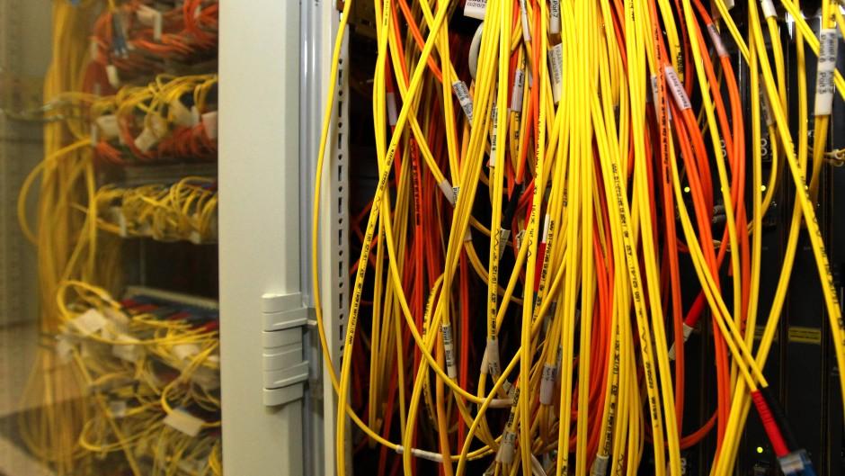 Breitbandkabel in einem Rechenzentrum der De-Cix in Frankfurt