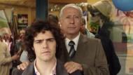 Eine schwere Last: Arquímedes Puccio (Guillermo Francella) legt seinem Sohn Alex (Peter Lanzani) die Hände auf die Schultern.