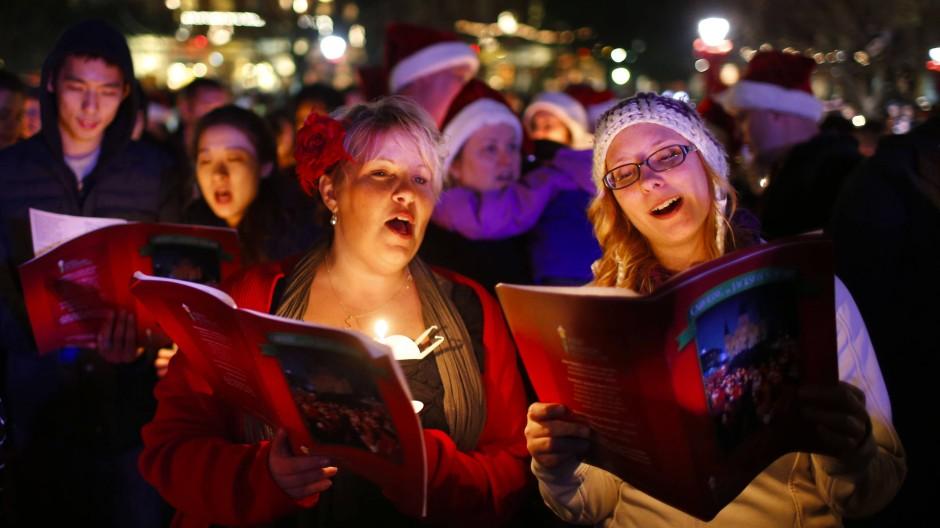 In der Vorweihnachtszeit wird viel gesungen: hierzulande wie am Jackson Square in New Orleans.