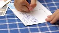 Warum wir noch lernen, mit der Hand zu schreiben