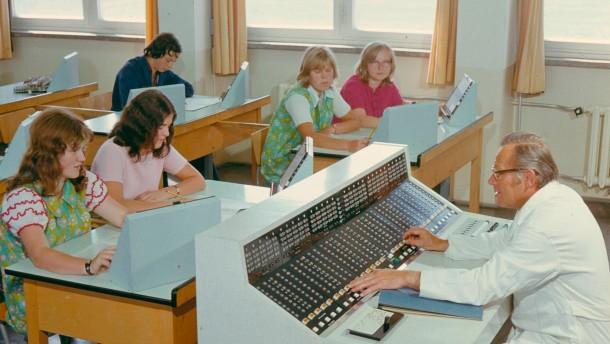 Schueler bei der Arbeit am Computer/Foto -  -