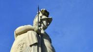 Die Göttin der Weisheit wacht: Minerva-Statue auf der Alten Brücke in der Universitätsstadt Heidelberg