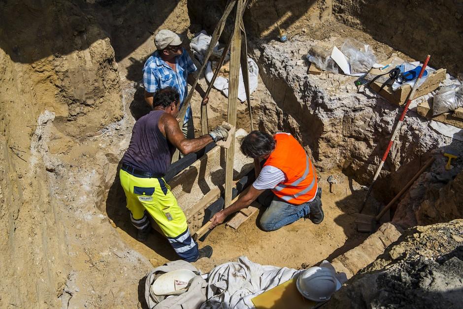 Die Faszination ist ungebrochen: Arbeiter bergen in Rom einen antiken Sarg.