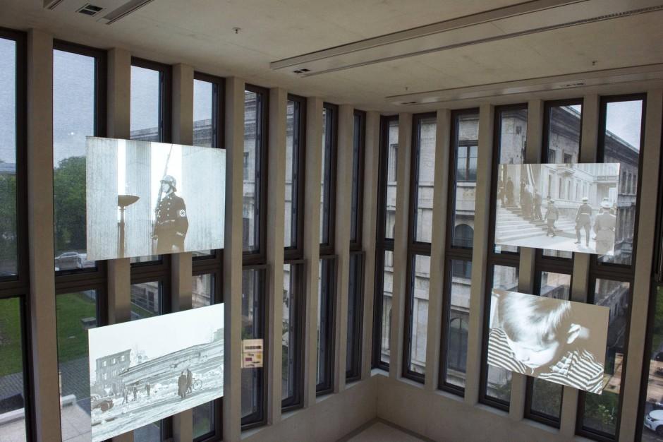 Die Gegenwart wirft einen Blick auf die Vergangenheit: Vor dem Fenster der ehemalige Führerbau