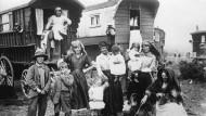 """Plötzlich waren sie da - und wurden mangels eines eigenen Territoriums durch Europa getrieben: """"Zigeunerlager"""" in England 1930."""