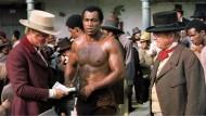 """Eine Etappe auf dem langen Weg zum Bild des Sklaven als autonomen Individuums: Szene aus """"Mandingo"""" (1975) mit Perry King (links) und Ken Norton"""