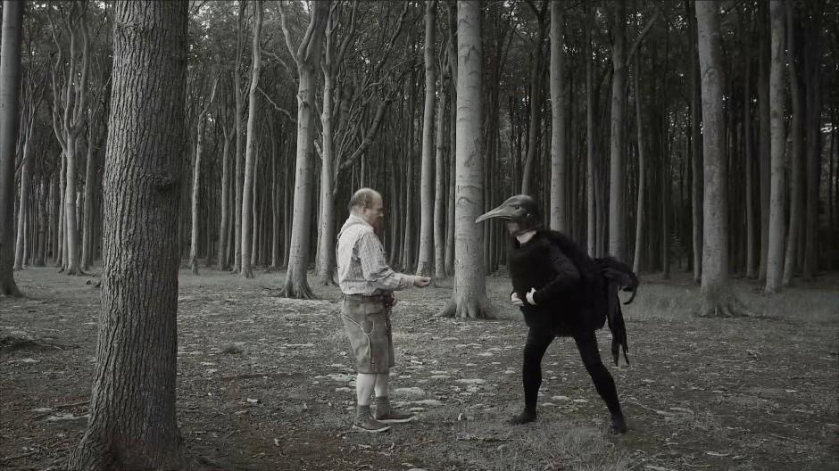 Der Schriftsteller Peter Wawerzinek im Gespensterwald im Ostseebad Nienhagen in einer traumhaft-surrealen Sequenz seines Films Lievalleen.