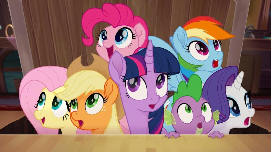 Bleibt beieinander, dann kann euch keiner Zaumzeug anlegen: Fluttershy, Applejack, Twilight Sparkle, Spike, Rarity (vordere Reihe, von links), Pinkie Pie und Rainbow Dash (hinten, auch von links).