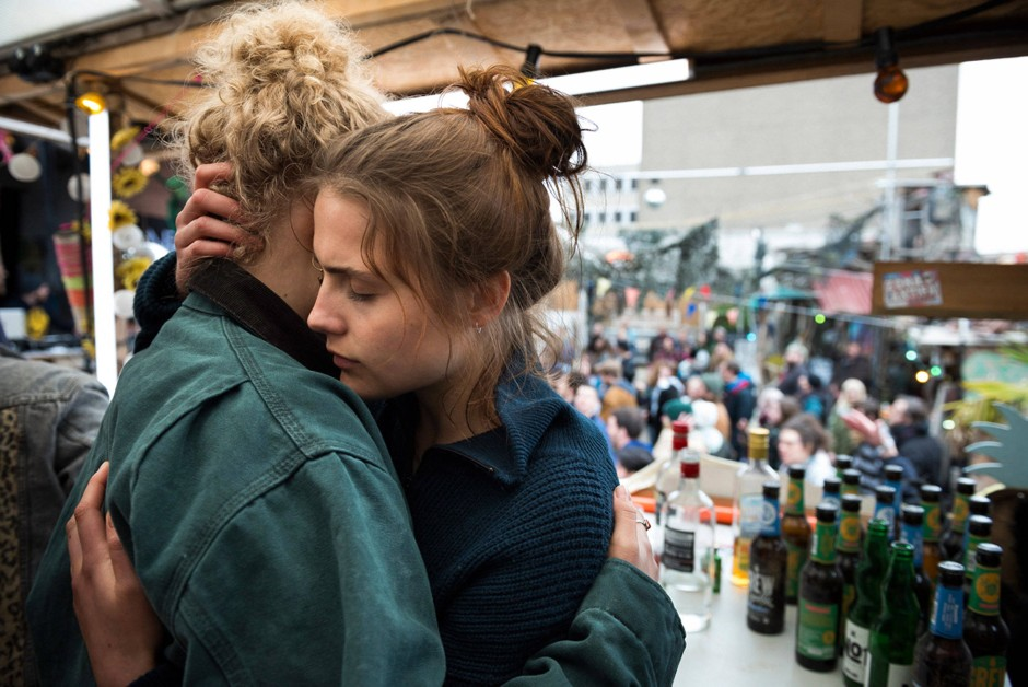 """Liebevoll und doch zerrissen: Luisa (Mala Emde, rechts) in einer Szene aus """"Und morgen die ganze Welt"""""""