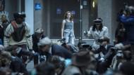 Alle sehen durch ihre Datenbrillen alles, nur einander nicht – bis auf Samantha (Olivia Cooke, in der Mitte), die als Einzige den erschütternden Durchblick hat.