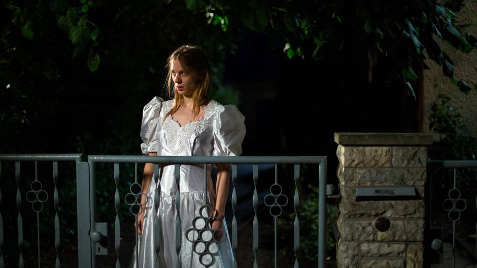Nächtlicher Ausflug: Lilith Stangenberg als Ginnie tanzt als Braut im Kleid der Schwester durch den Garten des Elternhauses.