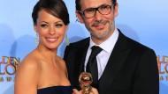"""Michel Hazanavicius und Berenice Bejo mit einem von insgesamt drei Golden Globes für den Stummfilm """"The Artist"""""""