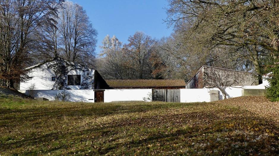 Traditionelles Bauen, modern interpretiert: Wohnhaus und Studio bilden das Herz der weitläufigen Atelier-Landschaft von Fritz Koenig am Ganslberg.