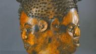 Mit Antilopenhaut bezogen: Helmmaske der Ejagham, Cross River, Nigeria, vermutlich erste Hälfte 20. Jh., zu sehen in der Jubläumsausstellung des Ledermuseums.