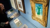 """Das Öl-Gemälde """"Frau am Meer"""" von 1907 des Malers Franz Marc hängt über seinen Skizzen in einer Ausstellung des Germanischen Nationalmuseums."""