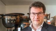 Noch nie eine antike Vase in der Hand gehalten? Eckart Köhne, Direktor des Badischen Landesmuseums Karlsruhe und Präsident des Deutschen Museumsbundes, will das ändern. Der Archäologe geht ungewöhnliche Wege, um Menschen für seine Sammlungen zu begeistern.