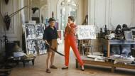 1955 wurde Picasso in seinem französischen Atelier für das Magazin LIFE fotografiert. Man sieht ihn und das Model Bettina Graziani inmitten afrikanischer Masken.