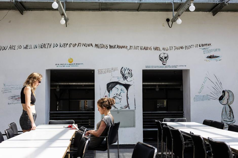 Ein Mikrokosmos, in dem man sich überlegen kann, ob man wirklich Künstler werden will: Die Mensa der Städelschule.