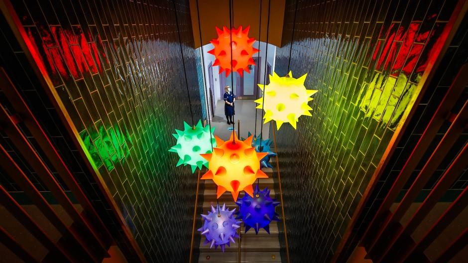 """Mit der Corona-Installation """"Over the Rainbow"""" im Thackray Museum of Medicine in Leeds wird den Mitarbeitern des britischen Gesundheitssystems für ihren bisherigen Einsatz in der Pandemie gedankt, zum anderen der kürzlich abgeschlossenen Sanierung des Museums für vier Millionen Pfund gedacht. Auch andere britische Museen widmen sich Corona-Ausstellungen oder sind in Impfzentren umgewandelt."""