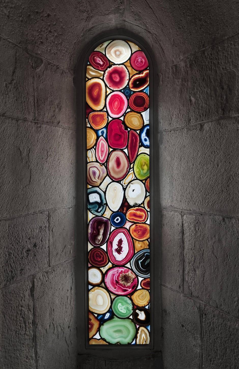 Wörtlich genommen: Bei den Züricher Achatfenstern des gelernten Glasmalers Sigmar Polke fällt das Licht durch echte Halbedelsteine, aus denen die Scheiben im Mittelalter auch hergestellt worden waren.
