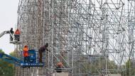 """Das Kunstwerk """"The Parthenon of Books"""" der argentinischen Künstlerin Marta Minujín wird in Kassel abgebaut."""