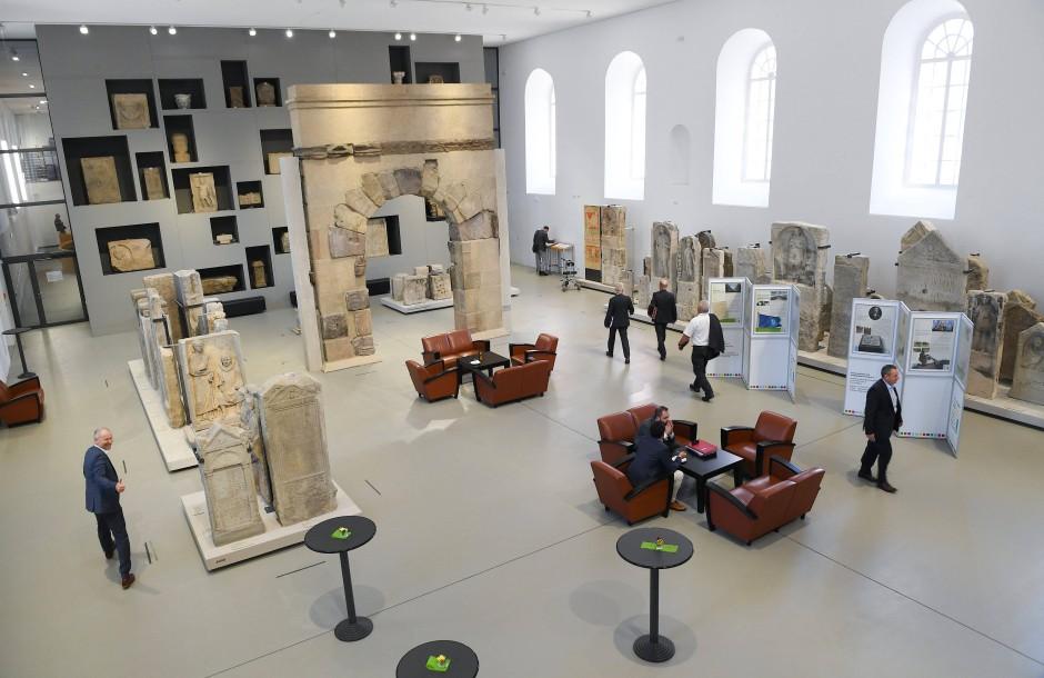Doppelnutzung: In der vorderen Hälfte der Steinhalle werden weiter römische Relikte gezeigt, zwischen ihnen wurde die Parlamentslobby eingerichtet.