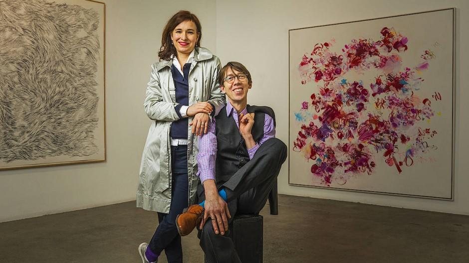 """Ulrike Seyboth und Ingo Fröhlich in ihrer gemeinsamen Ausstellung """"Ich zeichne die Zeit, du malst den Moment"""" in der Berliner Guardini Galerie."""
