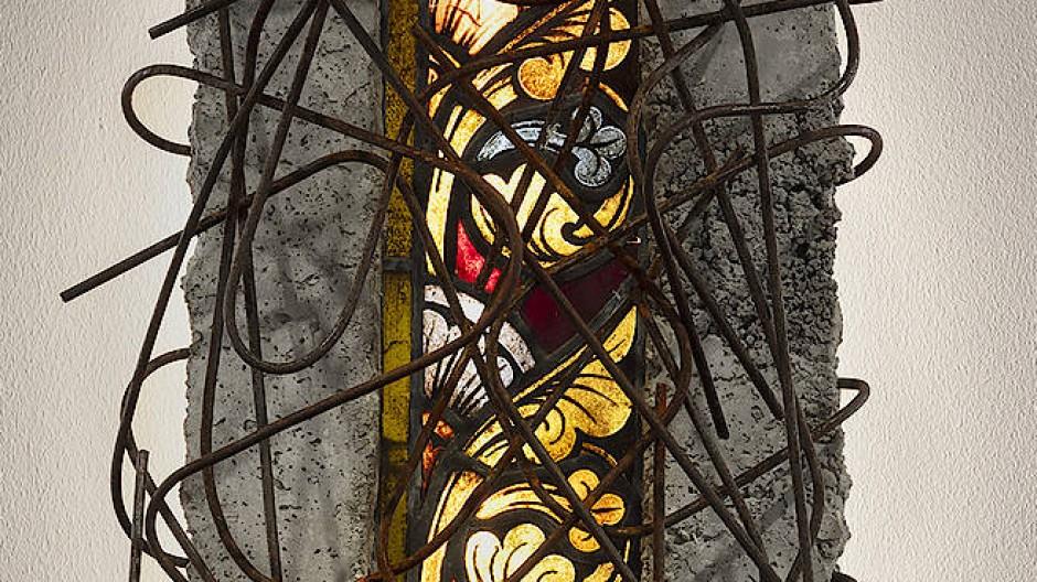 """Wie aus Trümmern geborgen: Manaf Halbouni: """"Fragments Nr. 10"""", 2020, Beton, Stahl, Glas, 140 mal 45 mal 30 Zentimeter."""