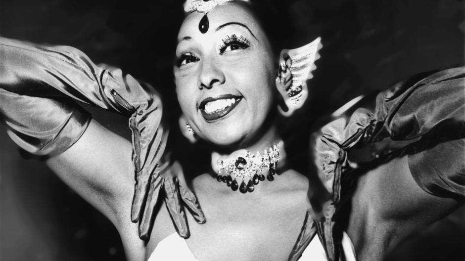 Ihr impulsives Temperament galt als schwierig, mag auf der Bühne jedoch genau richtig gewesen sein: Josephine Baker bei einem Auftritt im Februar 1954.