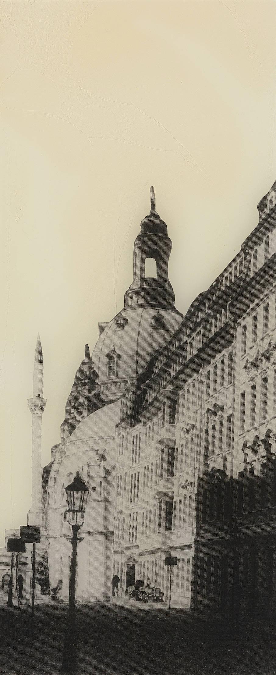 """Alternative Vergangenheit: Manaf Halbouni: """"Rampische Straße in Dresden mit Blick auf die Augustus Moschee"""", Papier auf MDF-Platte, Epoxidharz, 52 mal 22  Zentimeter."""