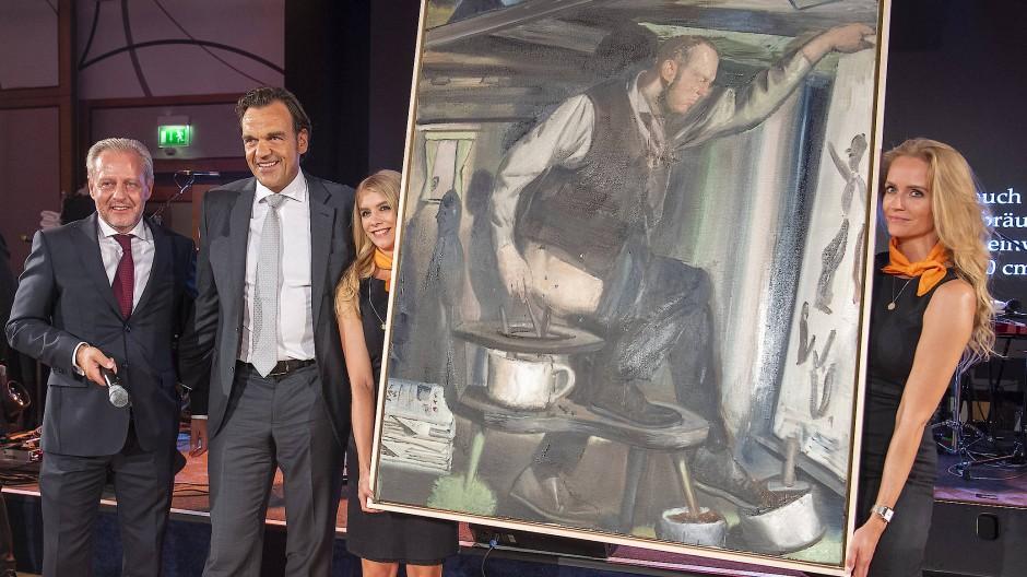 Ende Juli in Leipzig: Der Immobilienunternehmer Christoph Gröner (zweiter von links) ersteigert das Bild Der Anbräuner von Neo Rauch.