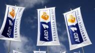 Die Fahnen im Wind: ARD und ZDF haben Geld für vieles. Aber genug Einnahmen aus dem Rundfunkbeitrag haben sie nach eigenem Verständnis nie.