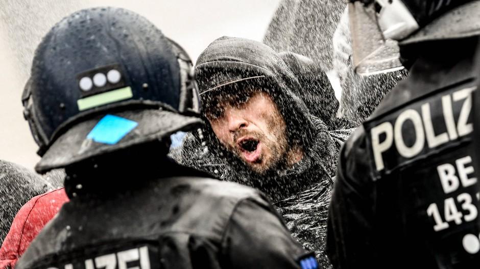 Draußen, zwischen dem Brandenburger Tor und dem Reichstag, kam es bei der Demonstration gegen die Corona-Maßnahmen der Regierung zu Ausschreitungen. Im Parlament wurden Abgeordnete bedrängt.
