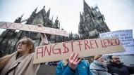 Frauen protestieren am Kölner Dom gegen sexuelle Gewalt.