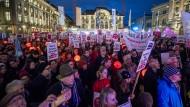 """Dafür oder dagegen? Ende Januar versammelten sich auf dem Bundesplatz in Bern Schweizer, die """"Nein"""" zu """"No Billag"""" sagen."""