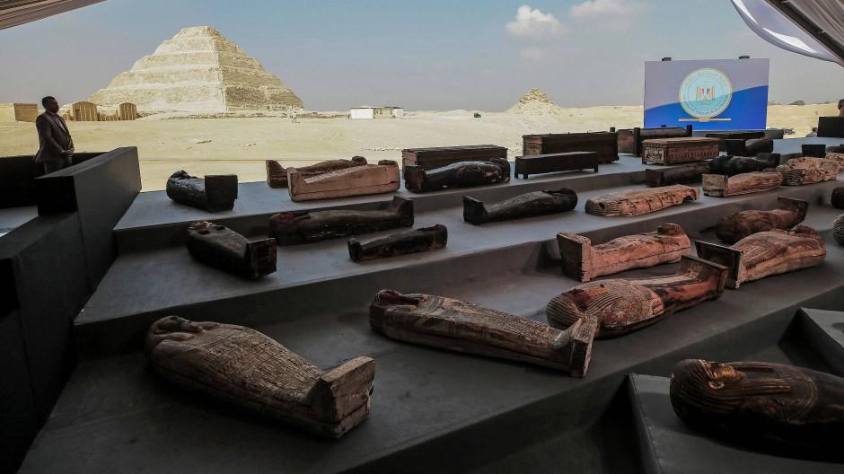 Bei einer Pressekonferenz am Samstag wurden die Sarkophage aus Sakkara ausgestellt.