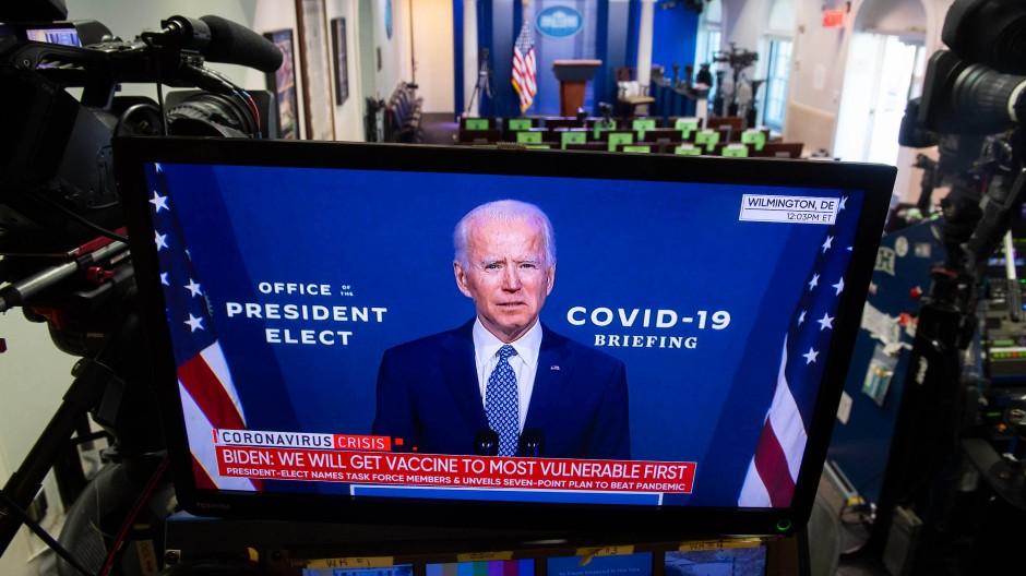 """Der Bildschirm färbt sich blau: In Amerikas Medien geht es jetzt um den """"President-elect"""", und der spricht ganz anders als der bisherige Amtsinhaber."""