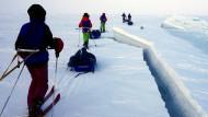Die arktische Gefahr: Immer wieder führt der Weg von (von links) Johanne, Johannes, Elias, Erika und Aleksander an gefährlichen Eisrinnen entlang.