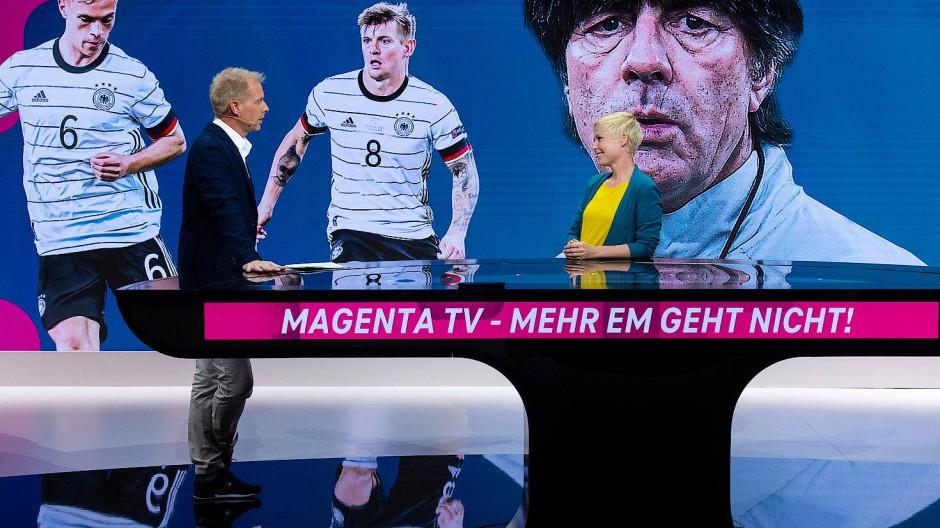 Der Moderator Jan Henkel und die Moderatorin Anett Sattler bei der Vorstellung des EM-Studios von MagentaTV.