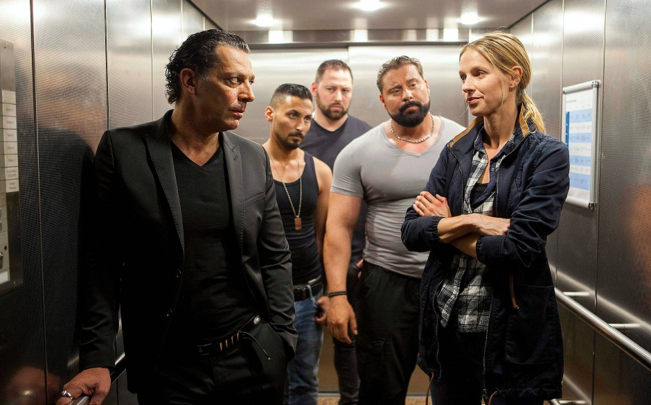 Bekanntschaft im Aufzug: Kommissarin Johanna Stern (Lisa Bitter) fährt nach oben.