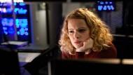 Kontrollfreak bei der Arbeit: Klara (Jennifer Ulrich) beobachtet ihren Ex-Freund aus der Ferne.