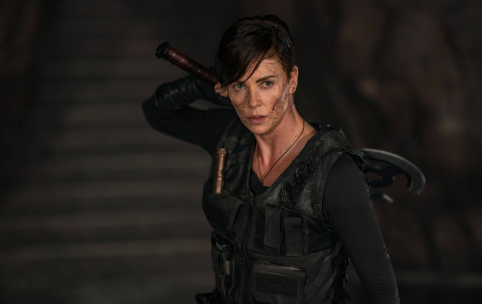 """Sie zieht blank: Charlize Theron in """"The Old Guard""""."""