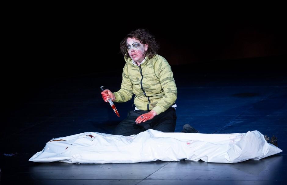 Mit dem Dolch in der Hand: Lina Beckmann als Richard III.