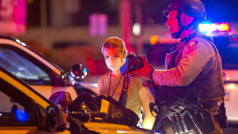 Die Fotografin Ellen Schmidt, Mitarbeiterin der Zeitung Las Vegas Review Journal, wird von Polizisten der Las Vegas Metro Police festgehalten.