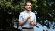 """Versonnen: Tony Shalhoub als Abe Weissman, Vater der Titelheldin, von der die Serie """"The Marvelous Mrs. Maisel"""" erzählt."""