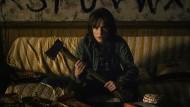 Na warte, Freundchen: Joyce Byers (Winona Ryder) ist im Alien-Abwehrmodus.