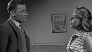 1960: In der 605. Episode der NDR-Krimiserie Stahlnetz spielt Wolfgang Hölz (links) zusammen mit Dinah Hinz. Er unterstützt dabei Kommissar Heinz Engelmann bei seinen Ermittlungen.